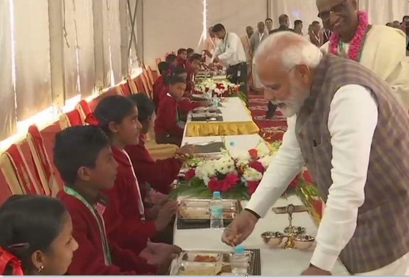 PM મોદીએ અક્ષયપાત્ર ફાઉન્ડેશનના કાર્યક્રમમાં બાળકોને પીરસ્યું ભોજન